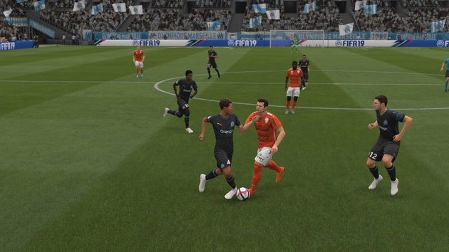 Roubar a bola no FIFA 19 com jogo de corpo